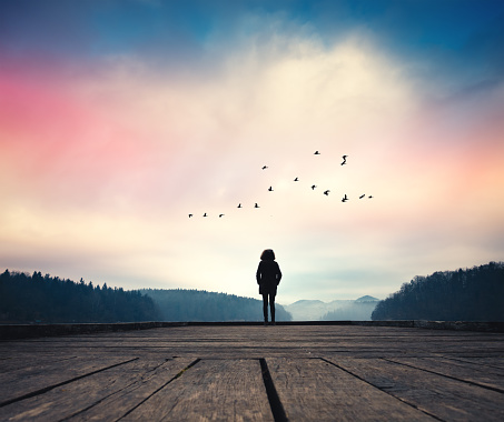 Femme qui marche dans la nature