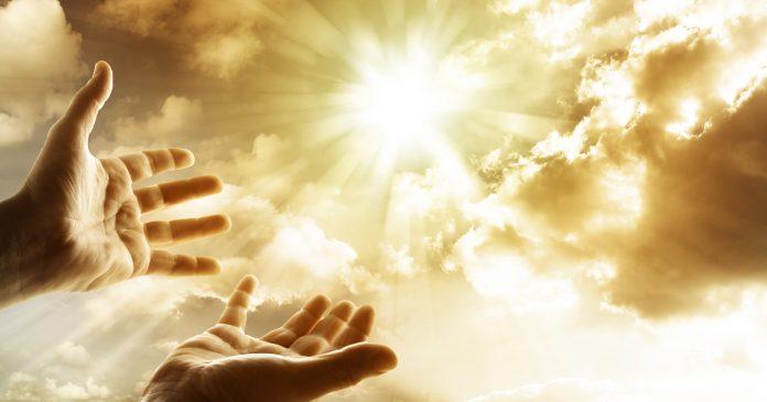 mainsouvertes,Pour le ciel, Soleil, rayons, flamboiement, prière, offrande, nuages