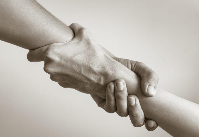Deux mains entrelacées pour s'aider