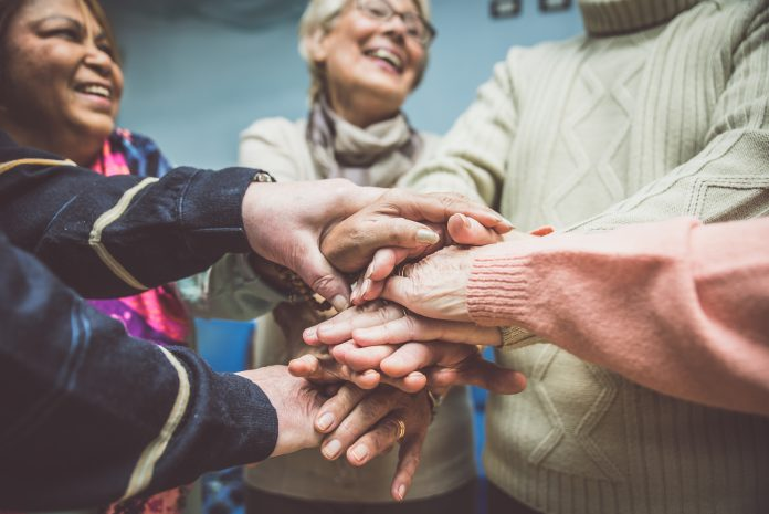Plusieurs personnes les mains liées