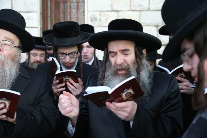 Rabbins en prière en Israël