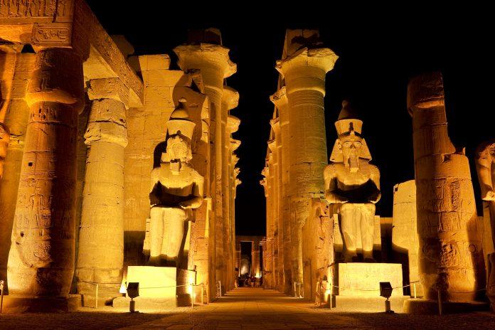 temple égyptien illuminé
