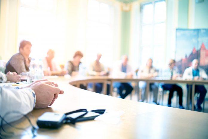 Personnes en réunion à table, conférence
