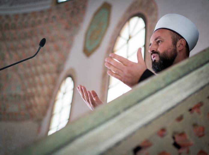 Imam en prière durant un office dans la mosquée
