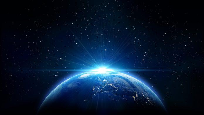 Galaxie, vue de la terre, planète bleue avec le soleil derrière