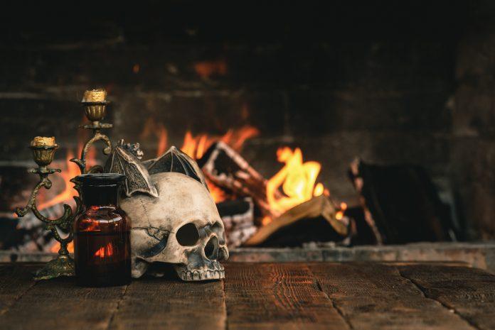 Crâne et bougeoir sur une table en bois