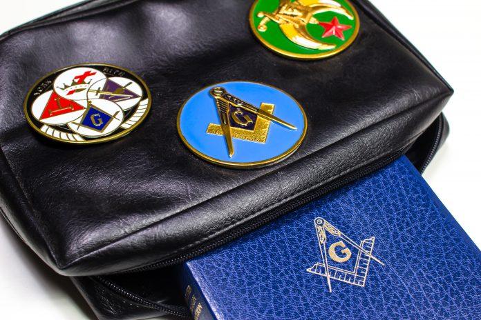 Sacoche, bible maçonnique et symboles maçonniques