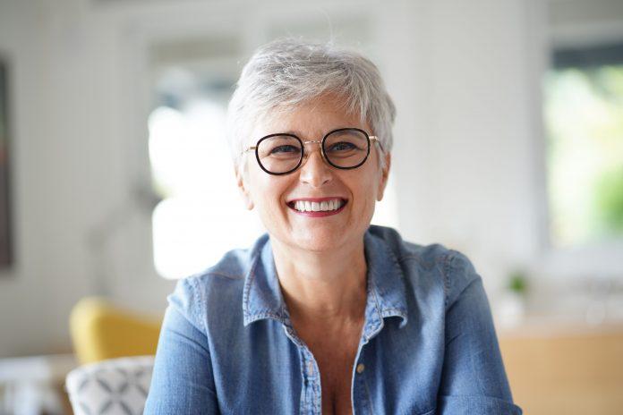 Femme d'âge mûr souriante