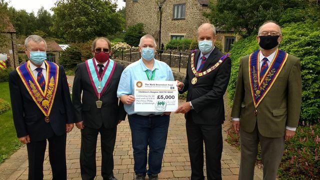 Les membres de la Grande Loge provinciale de Mark Master Masons of Somerset, Steve McNaughton, James Tonkin, Philip Voisey et Marshall Westley, présentent le chèque à Paul Mundy à Charlton Farm. - Crédit : CHSW